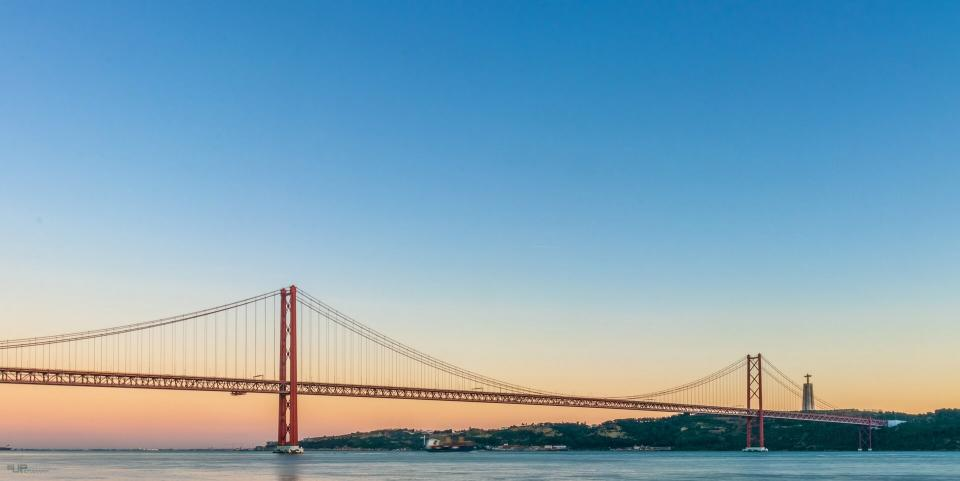 https://portugalholidays4u.com/repo/Top-ten-best-things-to-do-in-Lisbon/25-april-bridge-lisbon.jpg